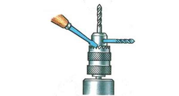Сверло вставляется в отверстие для ключа, предусмотренное в патроне, а отвёртка упирается в зубчатый венец