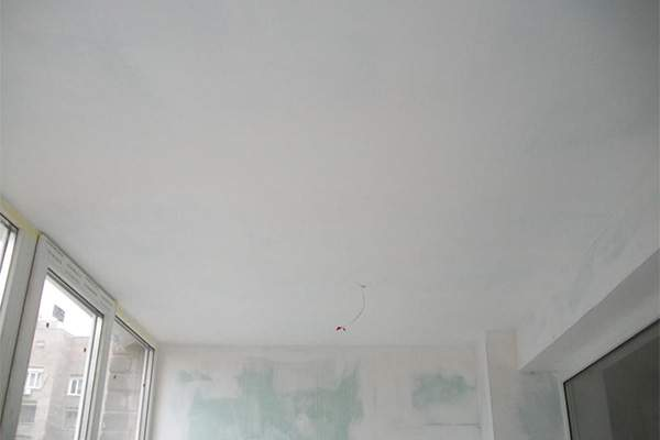 Зашпаклеванный потолок