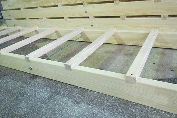 Простая приставная лестница из дерева